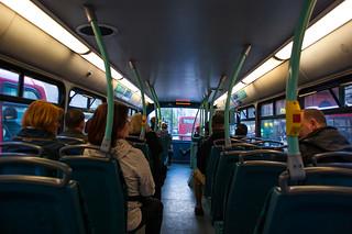 Dans un bus à impérial