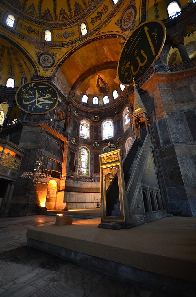 El gigantesco interior de la mezquita de Santa Sophia