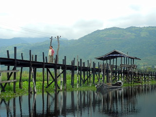 Maing Thouk - long dock leading to town