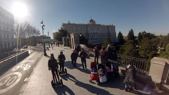 Bajando por el Palacio Real, camino del Templo de Debod en Segway Segway tour por Madrid, turismo de futuro - 11695229583 ce85eb7579 z - Segway tour por Madrid, turismo de futuro
