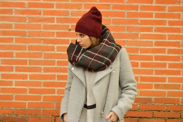 lara-vazquez-madlula-blog-burgundy-foulard-beanie-fashion-casual-look-tartan-grey-coat-winter