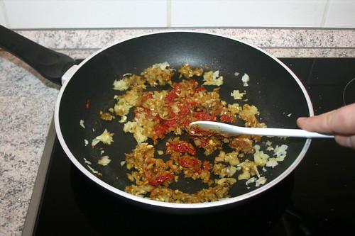 22 - Tomatenmark anrösten / Roast tomato puree
