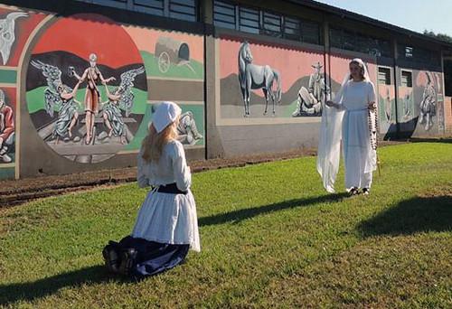No percurso da caminhada, que iniciou em frente a Igreja Matriz e seguiu até a Gruta, foram encenadas algumas aparições de Lourdes a Bernardette.