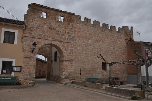 Presencio (Burgos). Puerta y restos de muralla