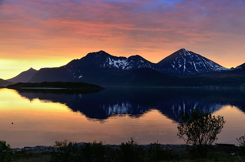 sky sun mountains reflection night sunrise nordnorge midnightsun troms kvaløya nikkor1685dx nikond7000 pwpartlycloudy