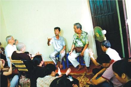 """""""Thần y"""" Võ Tấn Hùng nói chuyện chữa bệnh tại chùa Hữu Từ."""