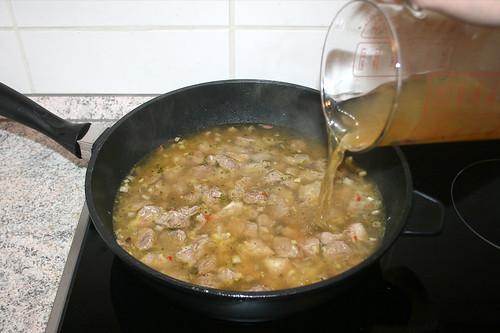32 - Mit Gemüsebrühe ablöschen / Deglaze with vegetable stock