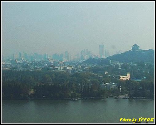 杭州 西湖 (其他景點) - 351 (從西湖十景之 雷峰塔 上眺望吳山天風上的城隍閣與西湖十景之 柳浪聞鶯及市區)