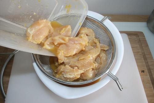 24 - Hähnchenbruststreifen abtropfen lassen / Drain chicken breast