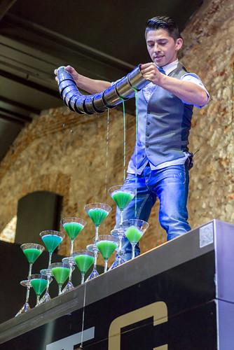 "Leo Galvez en su ""Flair Bartending Show""."