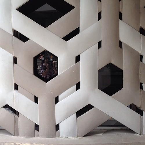 Motif di dinding museum tsunami aceh ini simbol tari saman. Simbol kekompakan, hubungan harmonis antar sesama manusia #museum #tsunami #aceh #acehtrip #saman #dance #tari