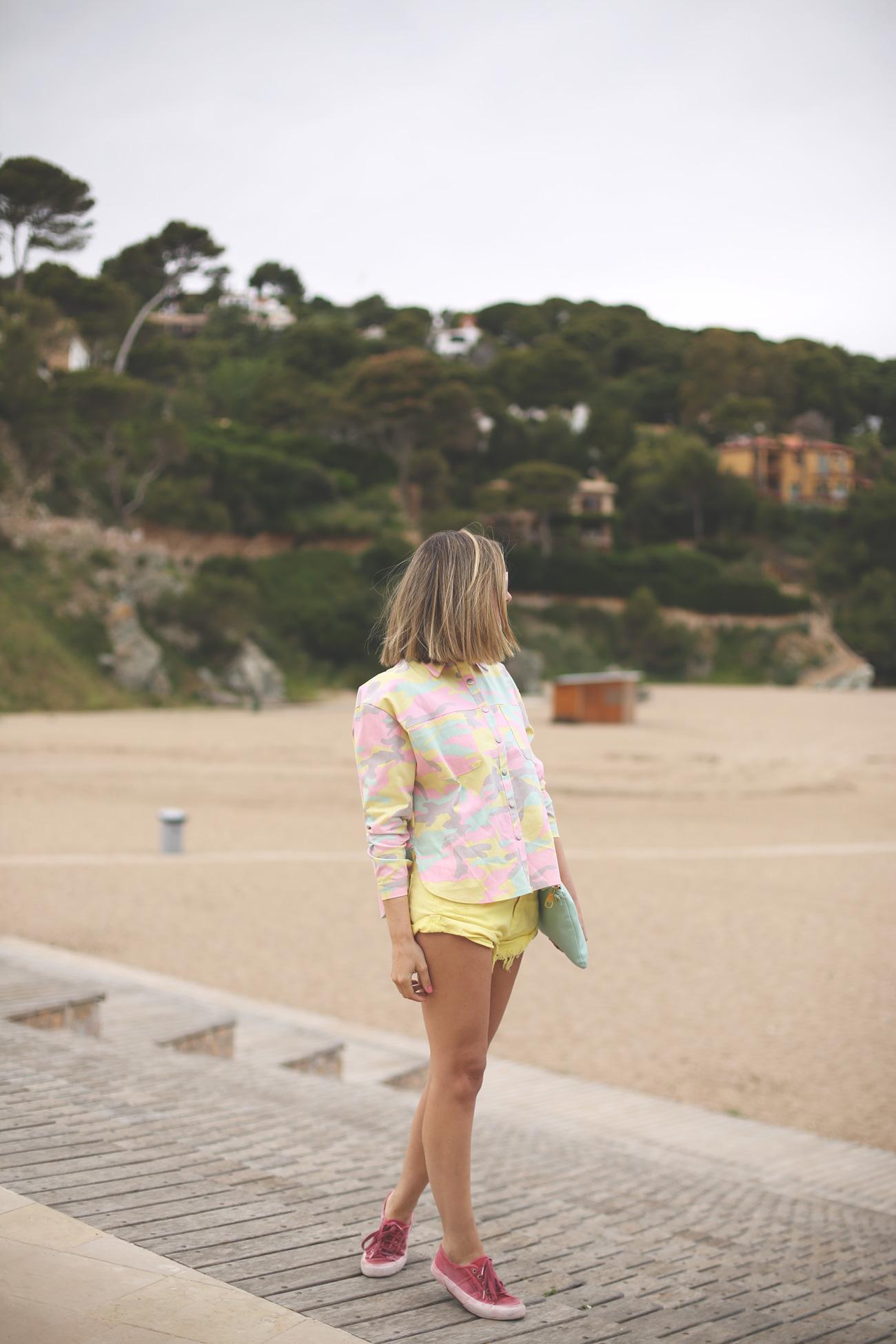 camo print, outfit, spring look, denim shorts, yellow, superga, mirror sunglasses, pastel colors