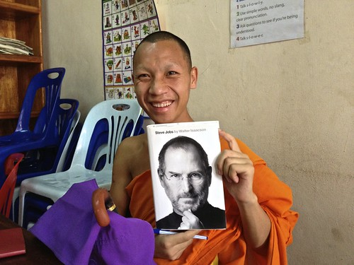 this novice monk highlights words he doesn't know in Steve Jobs' biography and brings the book to Big Brother Mouse tutoring center to learn English