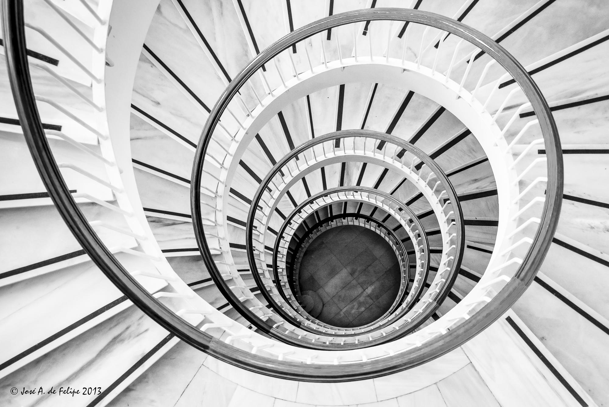 Escalera de caracol - ByN - Comunidad Nikonistas