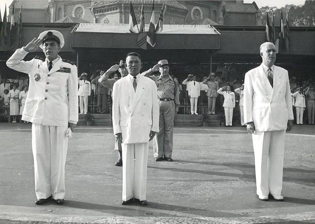 1951 Indochine - Saigon - Officiers et officiels au garde à vous - Nguyễn Văn Tâm (1893 - 1990)