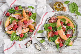 Salad with melon, raspberry and hamon