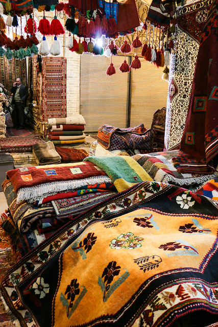 Beautiful gabbeh in a carpet shop, Vakil Bazaar, Shiraz シラーズ、バーザーレ・ヴァキールの絨毯屋