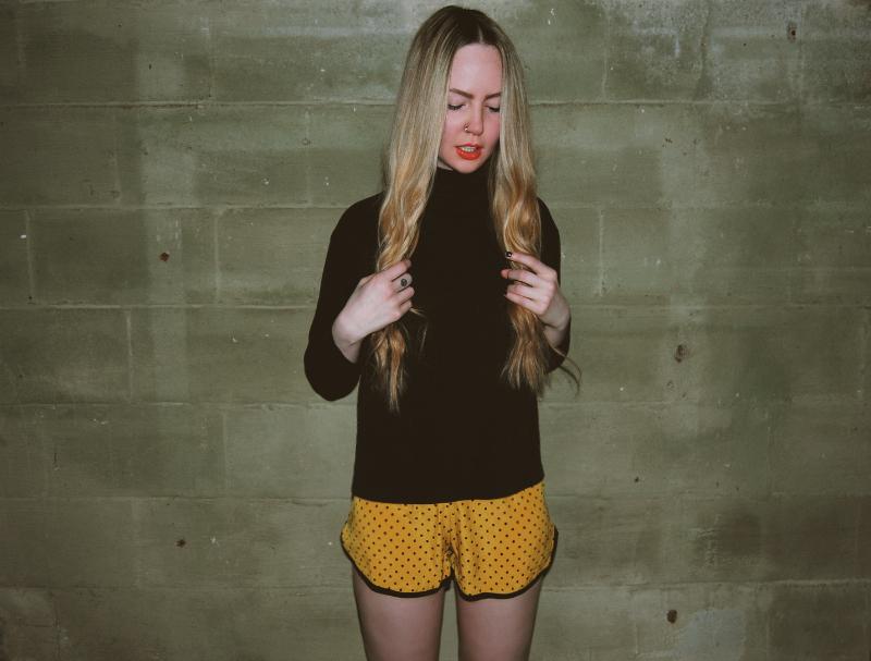 Vintage_Turtleneck_PolkaDot_Mustard_Shorts_MAC_Morange_Lipstick