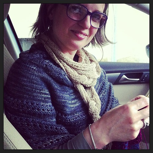 Knitting in the car while waiting to enter at Matilde's theatre spectacle:) Lavorando in macchina aspettando lo spettacolo di teatro di Matilde:)
