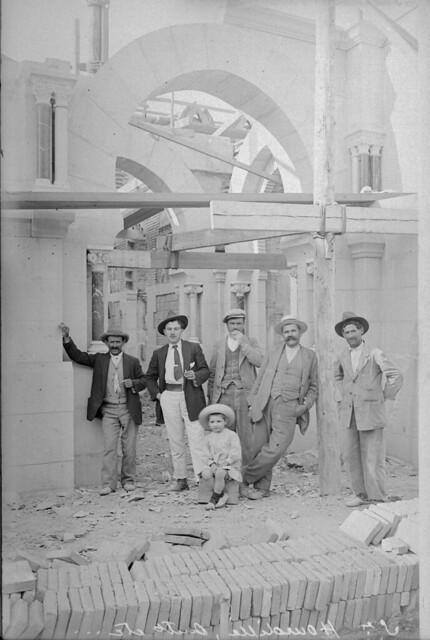 El arquitecto F. Hourdille en las obras de la estación de Toledo © Archivo Histórico Ferroviario del Museo del Ferrocarril de Madrid. Fotografía de F. Salgado. Signatura 0432-IF MZA 0-5