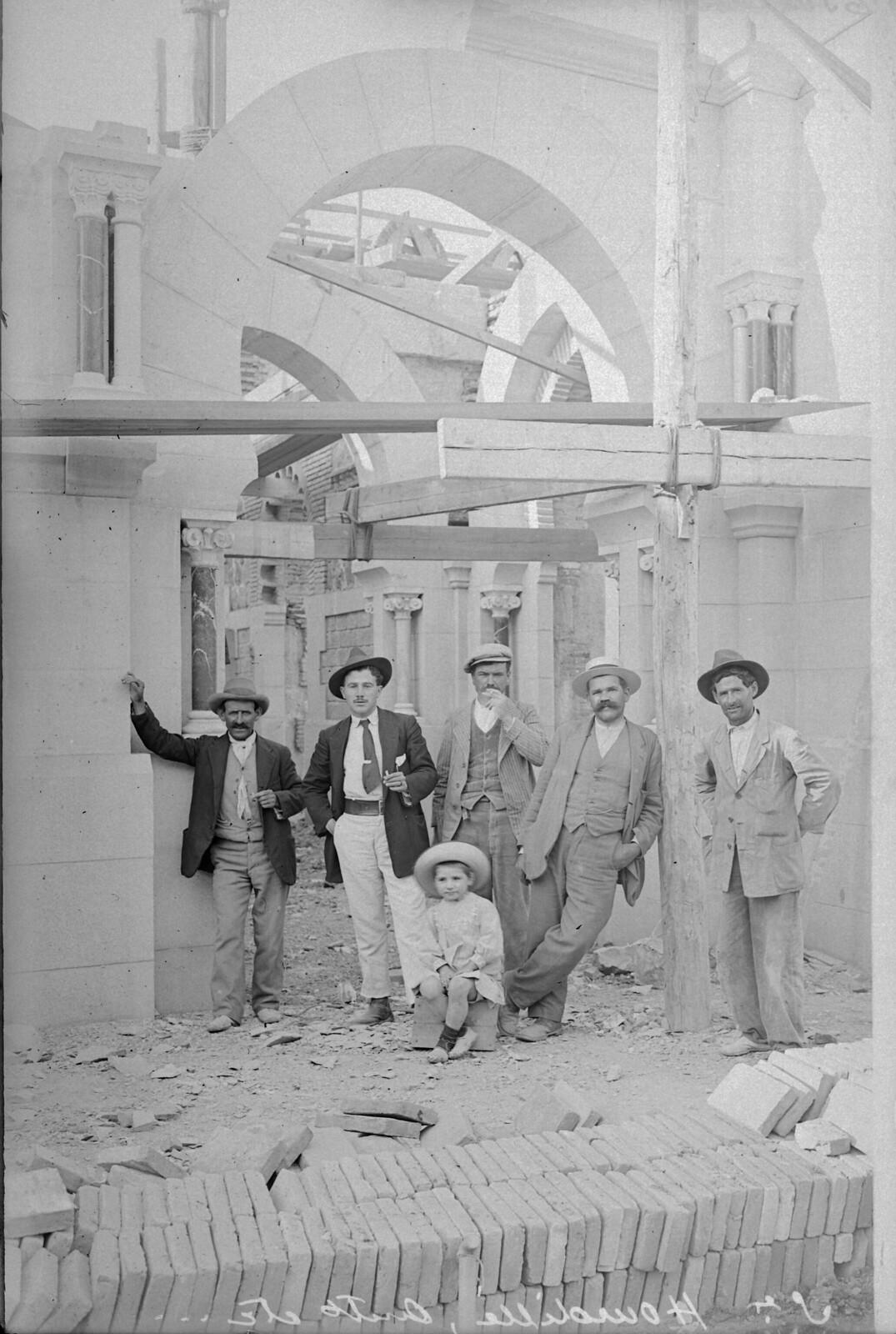 El arquitecto E. Hourdille en las obras de la estación de Toledo © Archivo Histórico Ferroviario del Museo del Ferrocarril de Madrid. Fotografía de F. Salgado. Signatura 0432-IF MZA 0-5