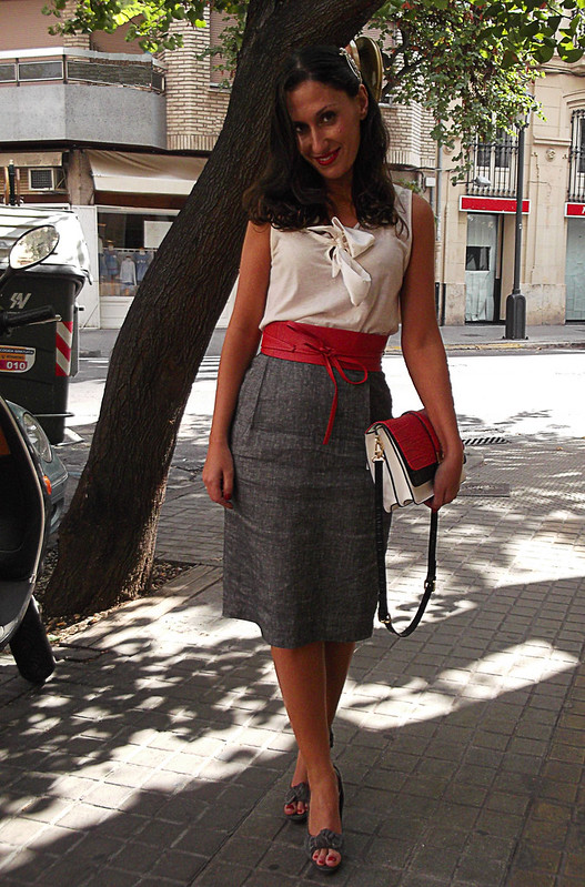 años 50, top blanco, falda lápiz gris, peep toes destalonados grises, cinturón obi rojo de piel, vintage, bolso tricolor, pasador joya, anillo, pintalabios rojo, white top, grey pencil skirt, grey undercut peep toes, red leather obi belt, tricolour bag, jewel pin, ring, red lipstick, 50s divas