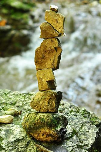 Wald Waldspaziergang Herbst Wasserfall Stein Steine Steinobjekt Kunstwerk Geschicklichkeit Ballance Statik
