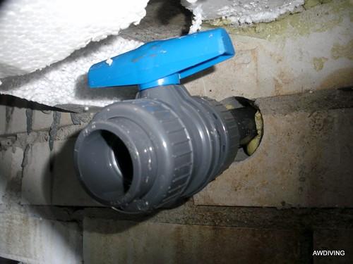 Na het gaten boren, leiding en afsluiter plaatsen in de kruipruimte.