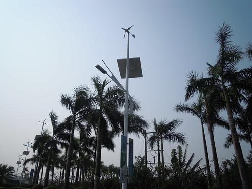 Éclairage d'une route par l'association de l'énergie solaire et de l'éolien (SanYa, Hainan, Chine)