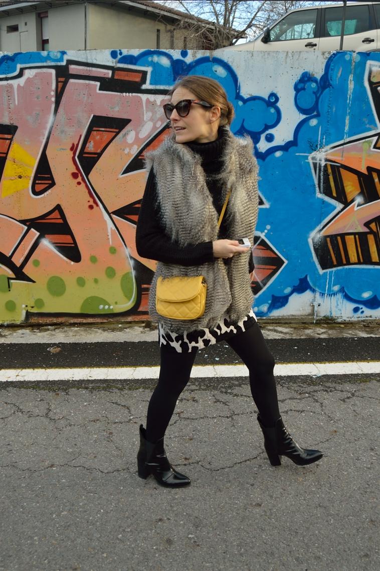 lara-vazquez-madlula-blog-yellow-details-furry-black-outfit