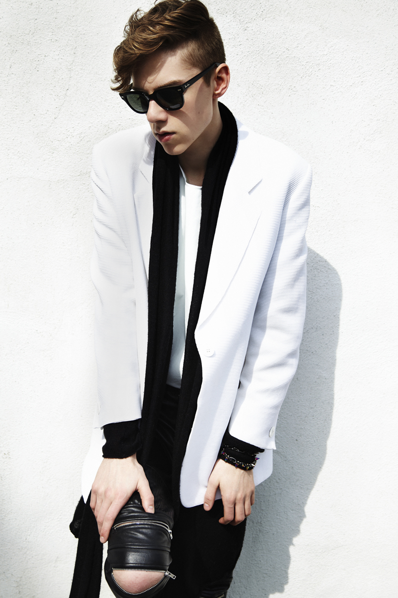 mikkoputtonen_fashion_blogger_finland_blackandwhite_outfit_joomilim_rayban_meteor_white_blazer_leather_zipper_pants_web