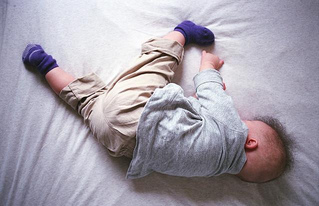 蹴る体勢で寝る子