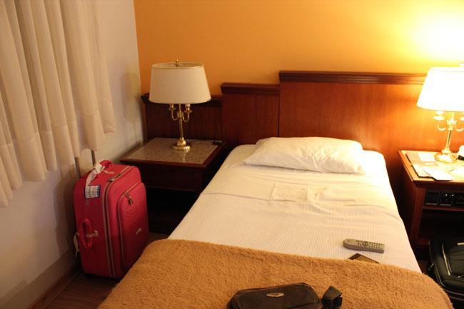 Hotel que eu adorei! Aí minha cama ainda estava arrumadinha ^^