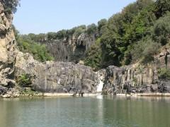 Il lago alimentato dalla cascatella sul basalto colonnare