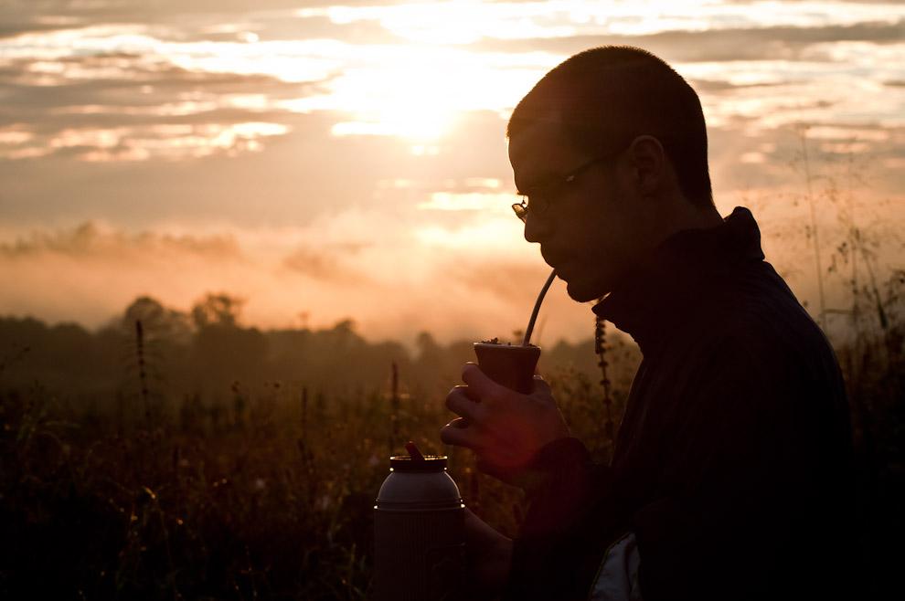 Un integrante de nuestro equipo de fotografía disfruta de su mate caliente luego de la sesión de fotos que hicimos al amanecer en una zona alejada de Ita Verá, en esta parte del campo el paisaje se veía solemne con la luz del amanecer. (Elton Núñez)