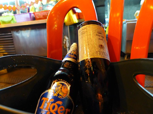 Leere Riesling Flasche in Eiskuebel
