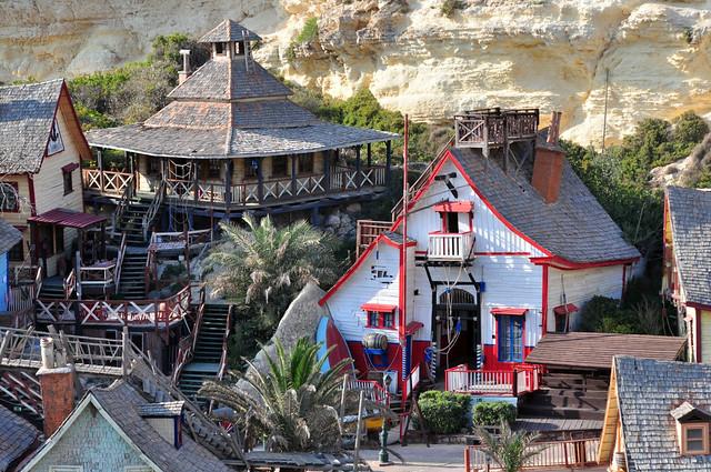 Casitas del pueblo, muy pintorescas y pintadas de forma muy caracterizada sweethaven village - 9394532238 1422933a4e z - Sweethaven Village, el pequeño pueblo maltés donde vive Popeye