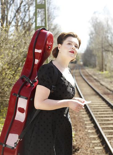 Pia-Karin Helsing stiger av tåget i Med små, små steg.