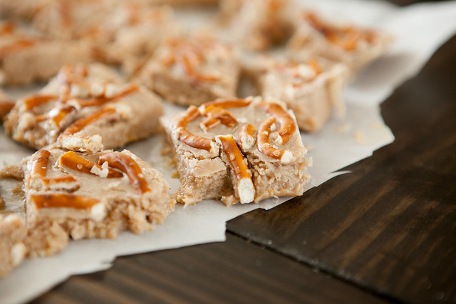 White Chocolate Pumpkin Pretzel Fudge is a no bake fudge recipe. The chocolate and pretzels give it a delicious sweet and salty taste!