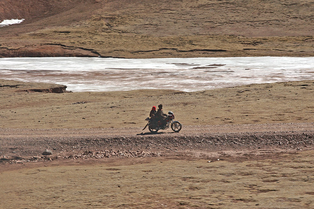 Couple running on the motorbike, the Tibetan plateau, China チベット高原、バイクで走るカップル