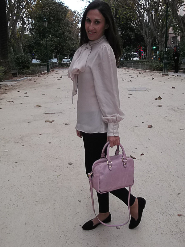 Slippers, estampado de cebra negros, leggings tupidos, lady, blusa con lazada, rosa palo, trench beige con mangas de piel negras, bolso de piel de color rosa palo, black zebra, black thick leggings, pale pink blouse, bow, beige trench with black leather sleeves, leather pale pink bag, La Petit Fleur Grise, Bershka, Calzedonia, Zara, Bimba & Lola