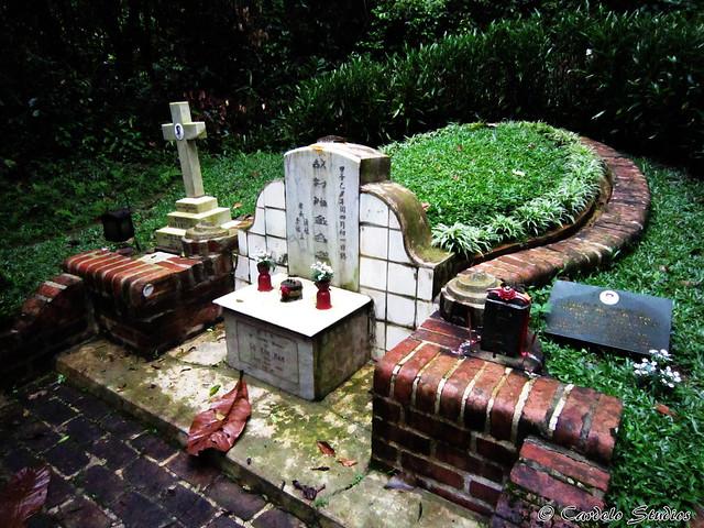 Bukit Brown - Tomb of Lo Kim Hiak, Margaret Gan Kwee Geok & Mary Low Eng Neo 01