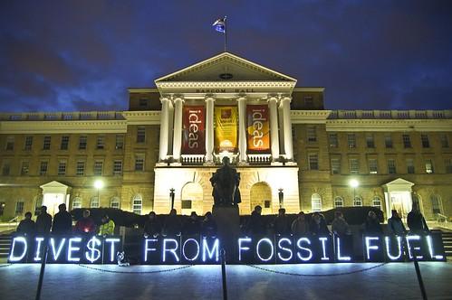 民眾在美國華盛頓大學響應全球撤資日行動。(來源:Light Brigading)