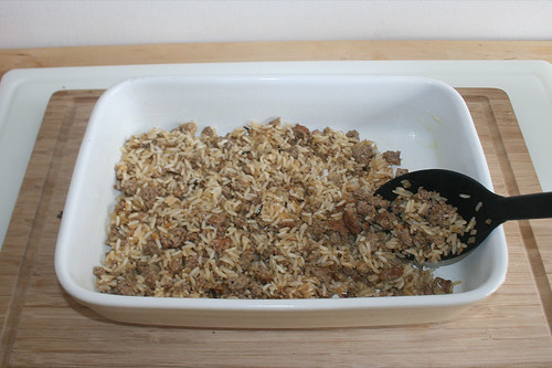 28 - Reis-Hackfleisch-Mischung einschichten / Put in rice ground meat mix