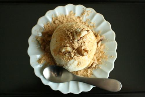 日本酒「山間」とバニラアイスクリーム