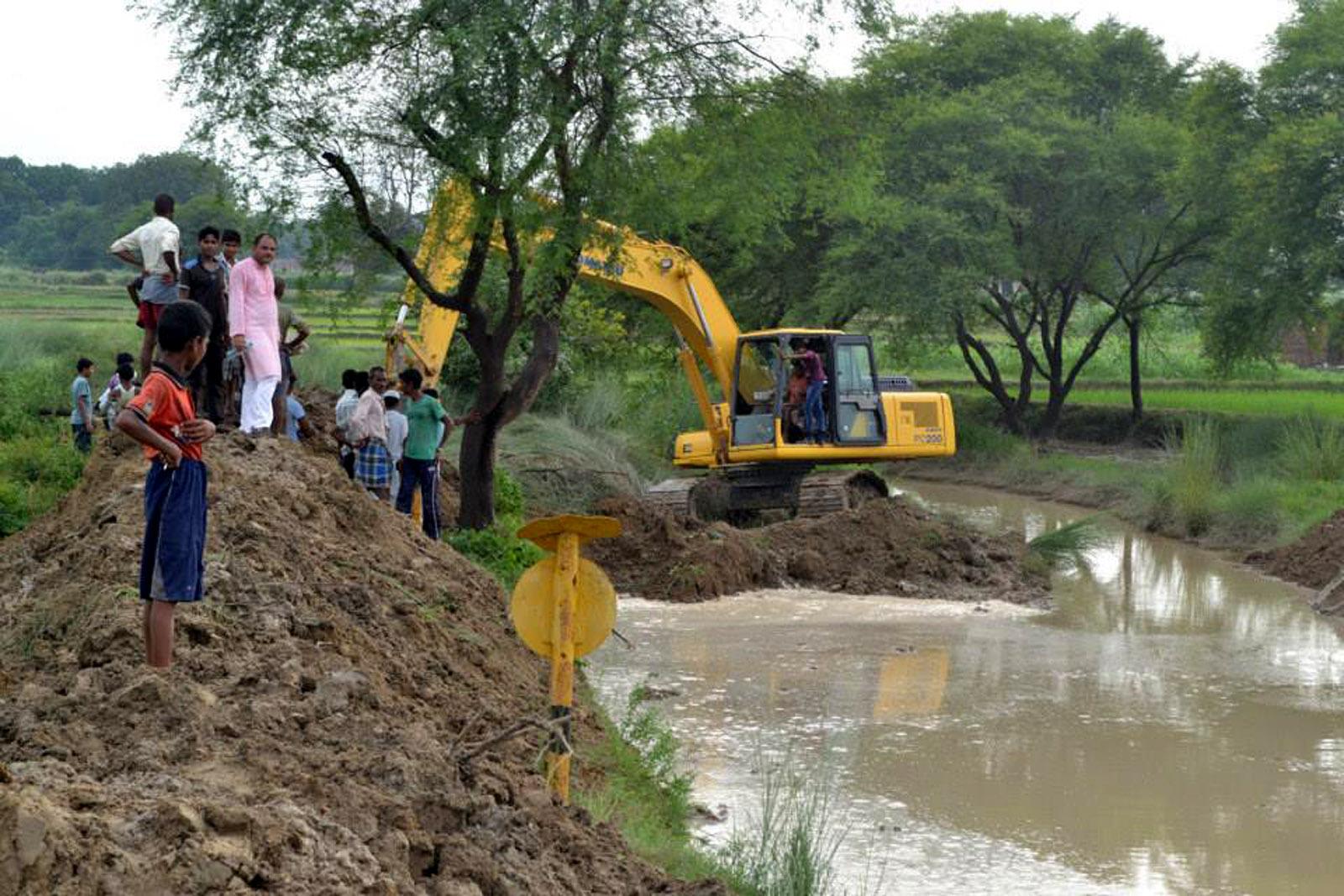 बकुलाही नदी को जेसीबी मशीन द्वारा साफ किया गया