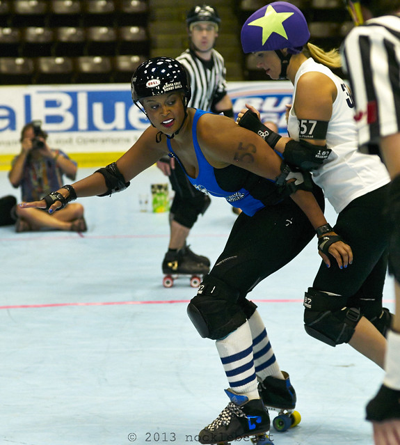 Foxee Firestorm blocks Tri-City jammer, Twin Pistol.