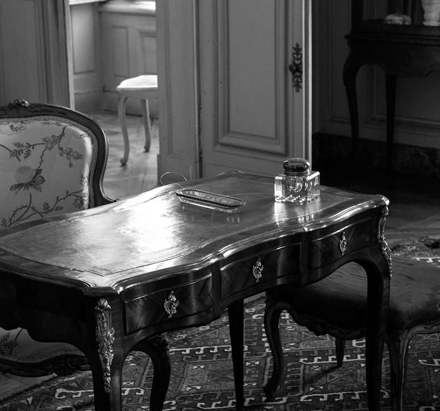 [Champs-sur-Marne] Bureau au plumier de verre