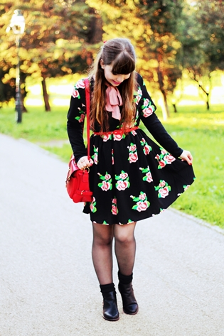 Fashion Union roses flowers smock dress, pink bow blouse, red camera bag, Romwe beige black leather trench coat, Romwe black zipper boots, drawing dreaming blog, drawing dreaming outfit, Ester Durães, Portuguese fashion blogger