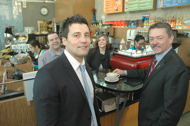 Minister Horner stops for coffee at the Three Bananas Cafe